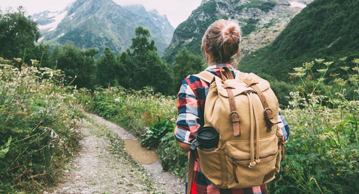 Jugendlicher beim Wandern