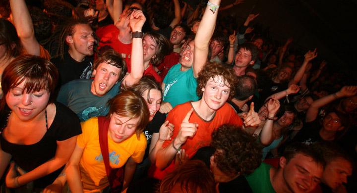 Jugendliche auf einem Konzert