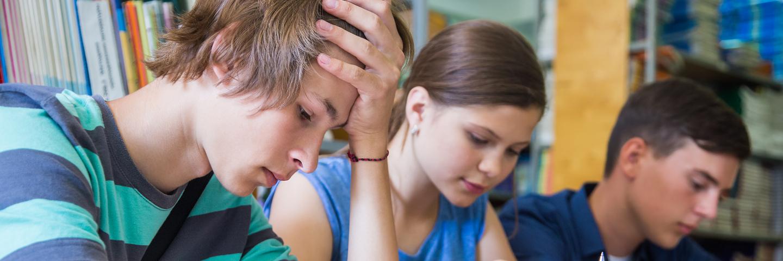 Jugendliche, die angestrengt am Lernen sind