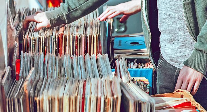 Platten werden beim Flohmarkt verkauft.