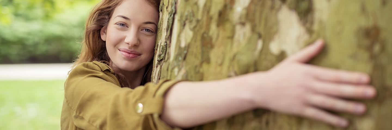 Leben A-Z_Umwelt_Baum umarmen